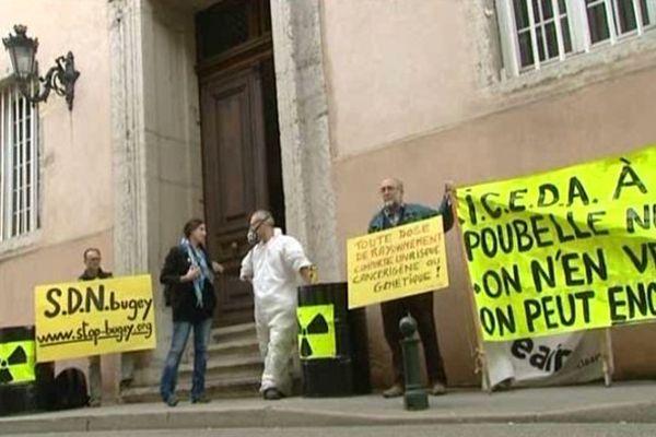 Des militants anti-nucléaires devant le palais de justice de Bourg-en-Bresse à l'annonce du jugement (11/09/13)