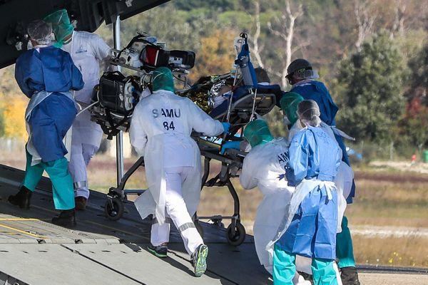 Le transfert par avion de quatre patients Covid depuis l'hopital d'Avignon vers celui de Brest, le 28 octobre.