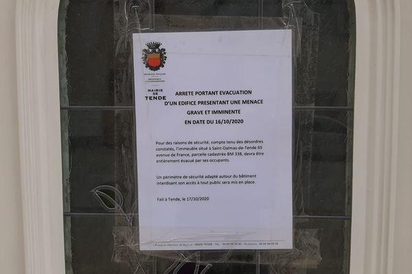 Un arrêté d'évacuation scotché sur la porte d'une habitation de Saint-Dalmas-de-Tende, après le passage de la tempête Alex.