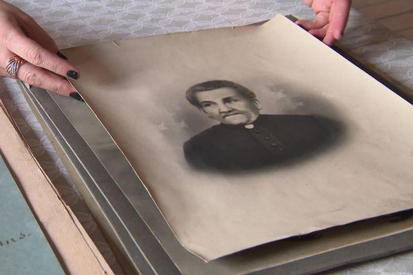 Cette dame sur l'une des photos serait l'ancienne propriétaire de la maison de la famille