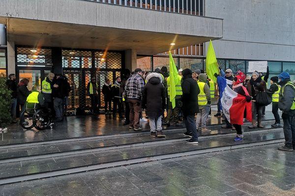 Rassemblement de soutien à Alexandre Chantry, Gilet jaune gardé à vue au commissariat central de Lille le 22 janvier 2019.