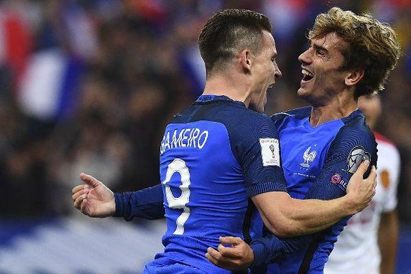 Kévin Gameiro partage sa joie avec Antoine Griezmann, après avoir marqué le 4e but l'équipe de France, face à la Bulgarie, le 7 octobre 2016 à Saint=Denis (93).