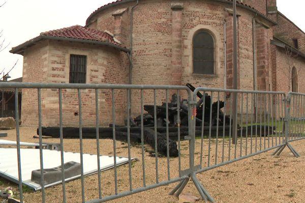 Dans l'Ain, à Saint-Trivier de Courtes, l'église est toujours fermée, dix mois après l'incendie causé par la foudre qui a dévasté le clocher et détruit la flèche. Au pied de l'édifice, des poutres carbonisées témoignent encore de la violence de l'incendie. 4/1/21