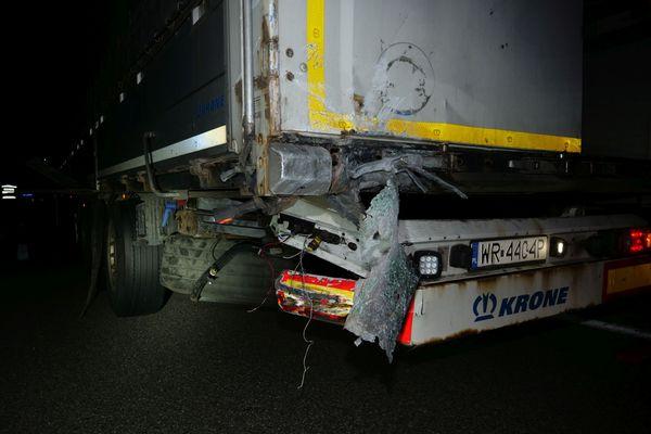 Détails du choc violent entre la voiture et le camion, percuté à l'arrière.