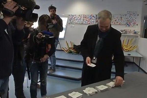 Le candidat écologiste a voté à Nantes peu avant midi.