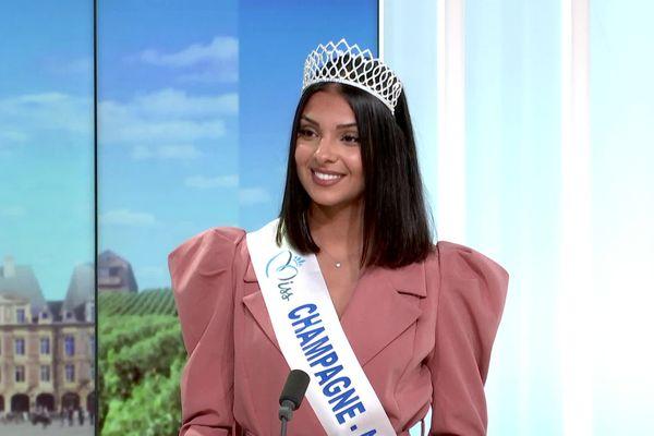 Léna Massinger, la Miss Champagne-Ardenne 2021, sur le plateau de France 3 Champagne-Ardenne au lendemain de son sacre.