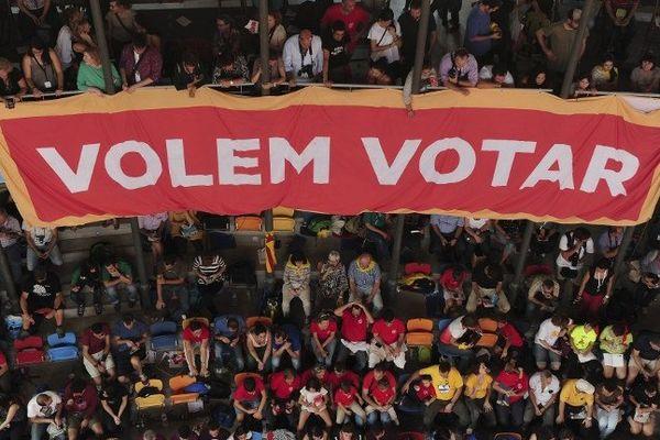 Le bras de fer continue entre Barcelone et Madrid qui s'opposent sur l'organisation dimanche, d'un vote symbolique pour ou contre l'indépendance de la Catalogne.