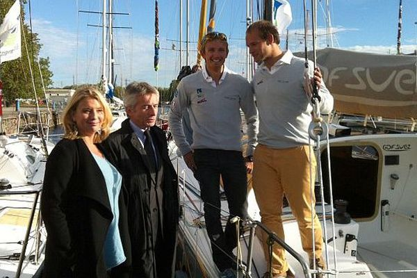 De gauche à droite : Pascale Blassel, déléguée régionale GDF Suez de Basse-Normandie, Laurent Beauvais, Président de la région Basse-Normandie, Fabien Delahaye et Sébastien Rogues (skippers). Caen le 18 octobre 2013