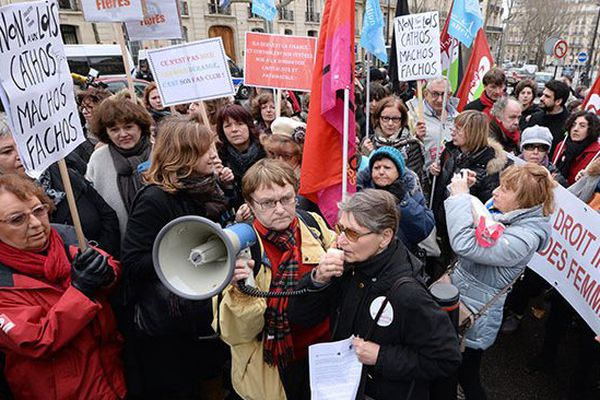 Manifestation de soutien pro avortement devant l'ambassade d'Espagne à Paris. déc 2013