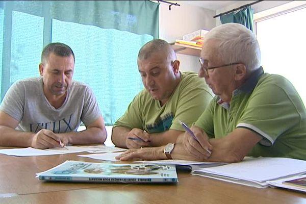 Yetulla et Lédian apprennent le français auprès de Guy Pommier, un bénévole du secours catholique à Lons le Saunier (Jura).