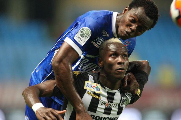 DUEL ENTRE N'DIAYE ET YATTARA  Duel entre N'diaye et Mohamed Yattara, auteur des 3 buts Angevins