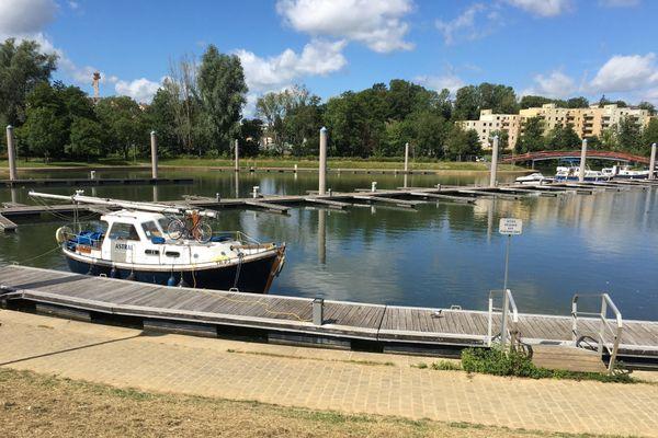 Seuls au monde, en plein centre-ville, c'est le paradoxe des touristes de passage en bateaux en ce début d'été à Charleville-Mézières