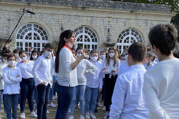 Nelly Guilhemsans dirigeant ses élèves à la Villa Arnaga