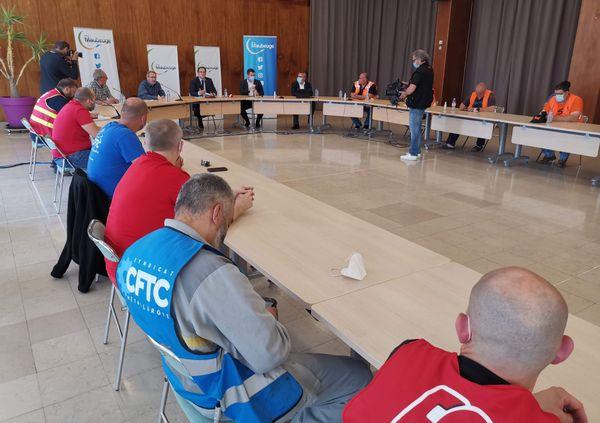 Xavier Bertrand présent à la réunion d'urgence à la mairie de Maubeuge.