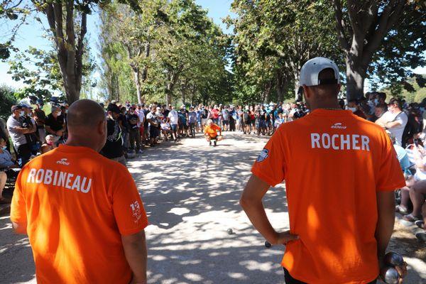 Plus de 200 personnes massées autour de la partie de la triplette Robineau-Foyot-Rocher.