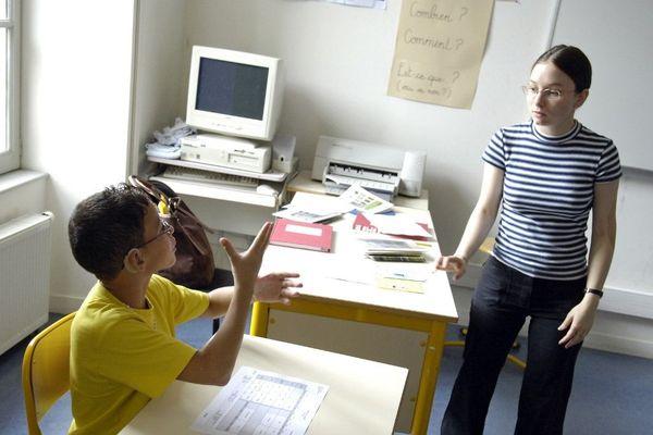 Un élève malentendant en classe de 6e échange en langage des signes avec son professeur principal de français le jour de la rentrée des classes, le 04 septembre 2006 à l'Institut National des Jeunes Sourds (INJS) à Paris.