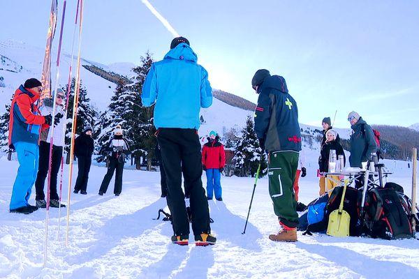 Les pisteurs-secouristes des Deux-Alpes, en Isère, initient les vacanciers aux bonnes pratiques en montagne à l'heure de la fermeture des remontées mécaniques.