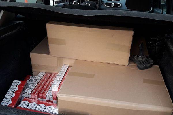 Plus de 2.000 paquets de cigarettes destinés à la contrebande ont été découverts par les douanes dans le coffre d'une voiture jeudi dernier.