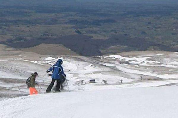 Touristes et habitants des environs sont venus profiter d'une journée ensoleillée dans les stations de ski, en ce lundi de Pâques.