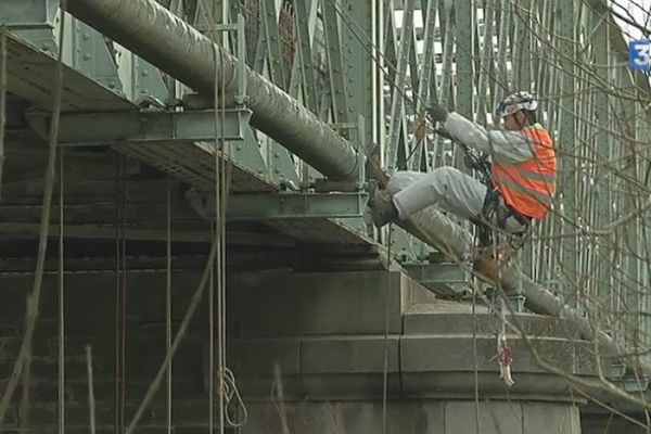 Les ponts de Thouaré et Mauves-sur-Loire subissent en ce moment une campagne d'inspection, menée par des cordistes professionnels.