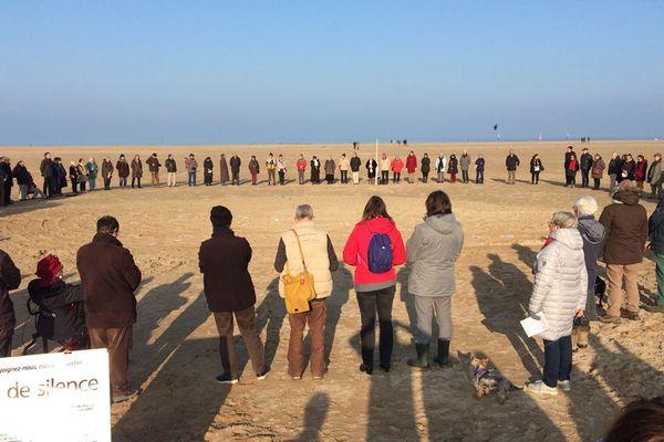 Plusieurs personnes ont répondu à l'appel du cercle de silence de Caen à Ouistreham ce dimanche