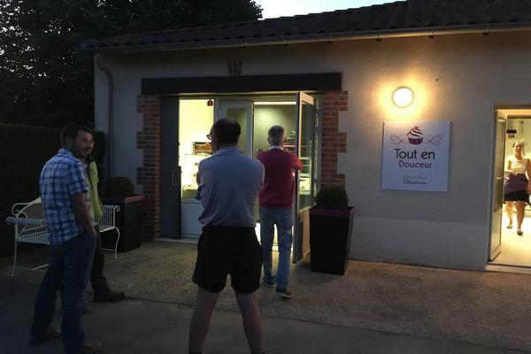 Le jour est à peine levé que les habitants font déjà la queue devant leur nouvelle boulangerie.
