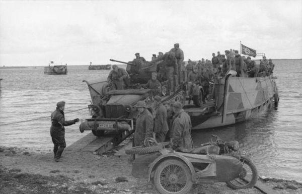 Un débarquement de troupes motorisées allemandes, en Russie, en 1941.