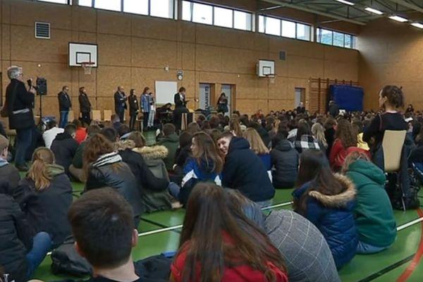 En fin d'après-midi, tous les lycéens se sont retrouvés au gymnase pour débattre.