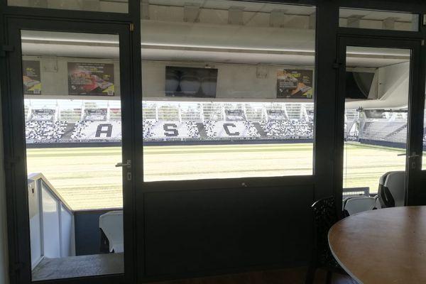 Chaque loge a vue sur la pelouse du stade.
