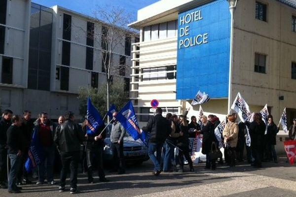 Le rassemblement de 50 policiers SGP FO et Alliance devant l'hôtel de police de Nîmes