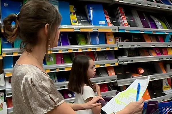Les magasins entreposent déjà les fournitures scolaires dans leurs rayons.
