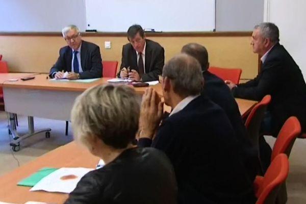 Le préfet de Saône-et-Loire Gilbert Payet (à g.) a réuni les intervenants de la filière ovine et les Services de l'Etat lundi soir