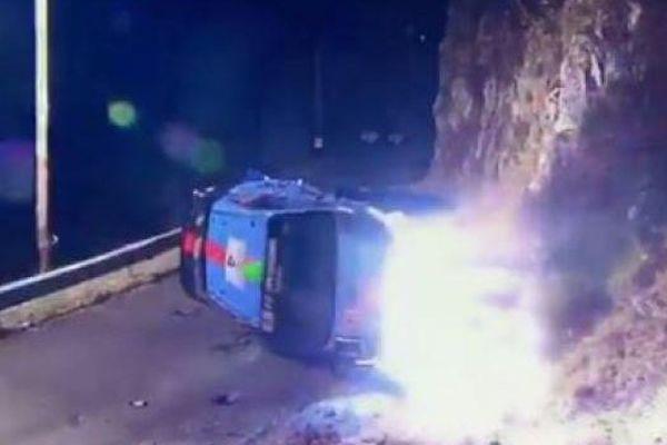 La Hyundai du pilote Néo-zélandais Hayden Paddon couchée sur le coté après l'accident.