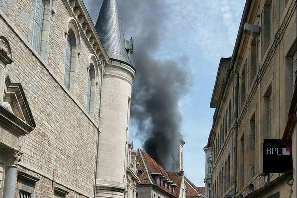 L'incendie de l'hôtel de ville de Besançon, le 25 juin 2015, avait ravagé les locaux mais n'avait fait aucun blessé.