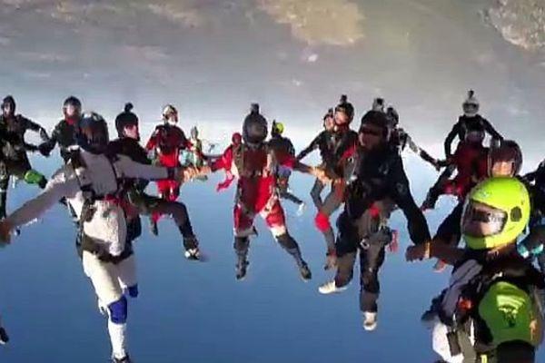 Au dessus de Pujaut (Gard) - le record de France de vol libre à 48 personnes - 14 août 2014.