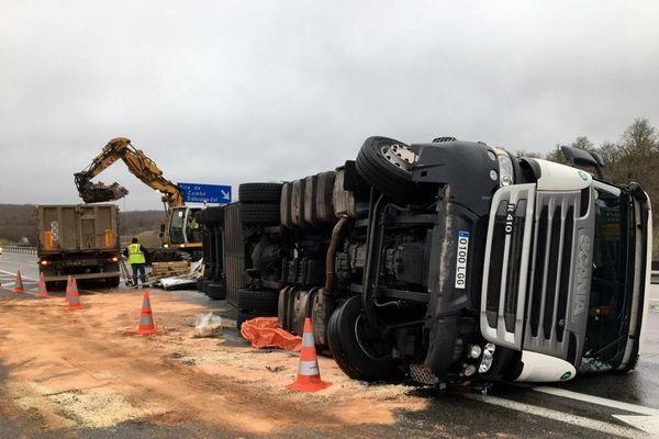 Le chauffeur du poids-lourd a été légèrement blessé dans l'accident. L'A20 est coupée dans le sens nord-sud vers Toulouse