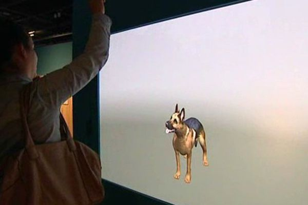Happy, le chien virtuel de l'exposition, avec qui il est possible d'intéragir.