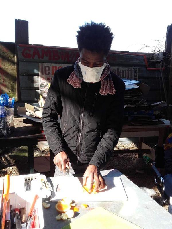 Le nombre de personnes préparant les repas a été réduit au minimum pour respecter les conditions de sécurité sanitaires.