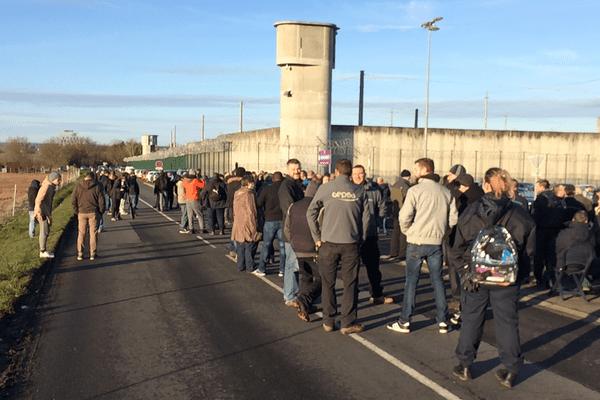 Un détenu du centre de Moulins-Yzeure (Allier) a déposé un recours en justice pour dénoncer les conséquences des blocages de surveillants sur les personnes incarcérées, a-t-on appris jeudi 25 janvier.