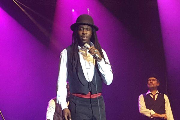 Faada Freddy sur la scène du festival Darc 2015.