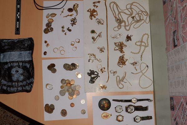 Des colliers en perles, des boucles d'oreille, des montres, des bagues, mais aussi des pièces de monnaie de différents pays : c'est un véritable trésor qu'un homme a trouvé sur les berges de la rivière Sichon, à Vichy, mercredi 27 février.
