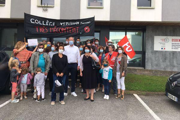Parents et professeurs du collège Kervihan à Fouesnant mobilisés contre des fermetures de classe