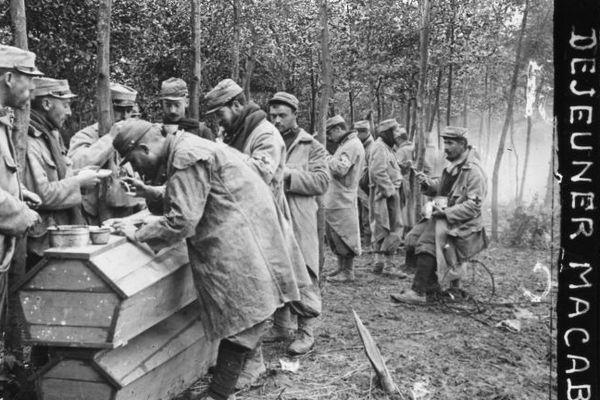 Des soldats bivouaquent sur des cercueils.
