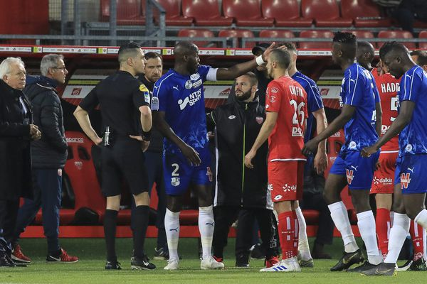 Le match entre Dijon et Amiens a été interrompu quelques minutes après des cris racistes adressés au capitaine amiénois.
