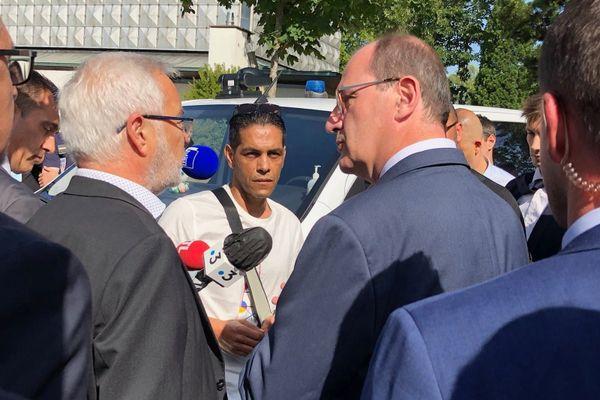 Au quartier des Grésilles, le Premier ministre, son ministre de l'intérieur et le maire de Dijon sont allés à la rencontre des habitants.
