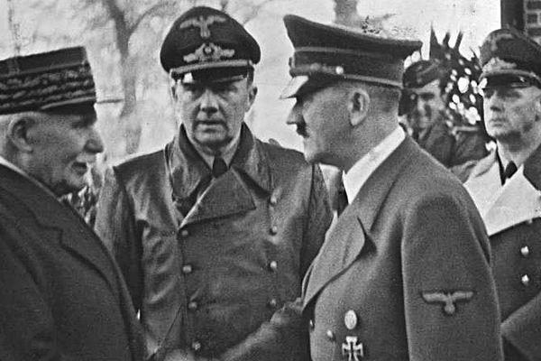 L'entrevue de Montoire, entre Philippe Pétain et Adolph Hitler, ouvre l'ère de la Collaboration en France.
