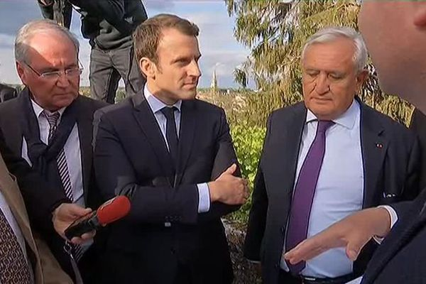 Jean-Pierre Raffarin a accueilli Emmanuel Macron à Montmorillon dans la Vienne le 28 avril 2017.