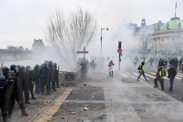 Des affrontements entre gilets jaunes et forces de l'ordre sur les quais de Seine à Paris.