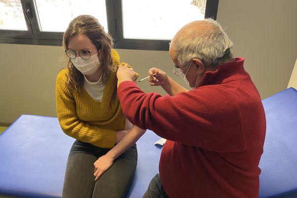Un médecin généraliste vaccine le personnel d'un Ehpad en Ariège.