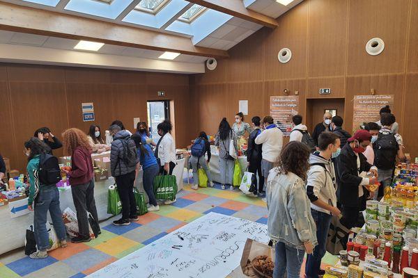 À Compiègne, les étudiants récupèrent des colis de nourriture - Avril 2021